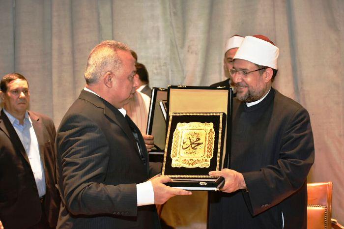وزير الأوقاف يُكرم محافظ الشرقية ويهديه نسخة من كتاب الله