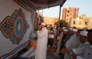 الألاف من أهالي أبوحماد يؤدون صلاة العيد بالساحة الشعبية.