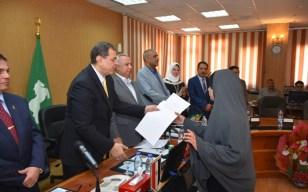 وزير القوى العاملة ومحافظ الشرقية يُسلمان 25 عقد عمل بالقطاع الخاص لذوي الإحتياجات الخاصة (صور)