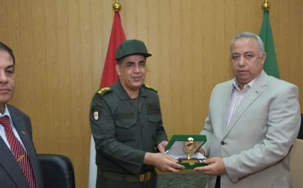 محافظ الشرقية يُكرم المستشار العسكري لحصول المحافظة على المركز الأول لمحو الأمية بين المحافظات