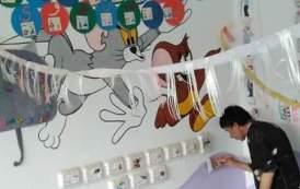 مدير مدرسة يقوم بنفسه بدهان الفصول الدراسية في فاقوس