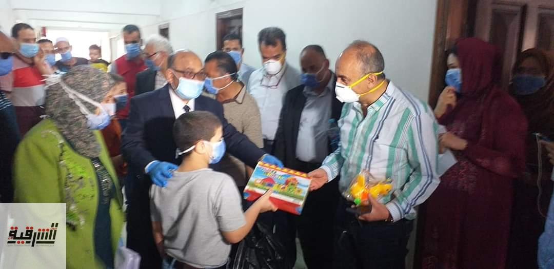 رئيس جامعة الزقازيق يحتفل بعيد الفطر المبارك وسط أبناء وأسر الوافدين من الخارج بالعزل الصحي بالمدينة الجامعية