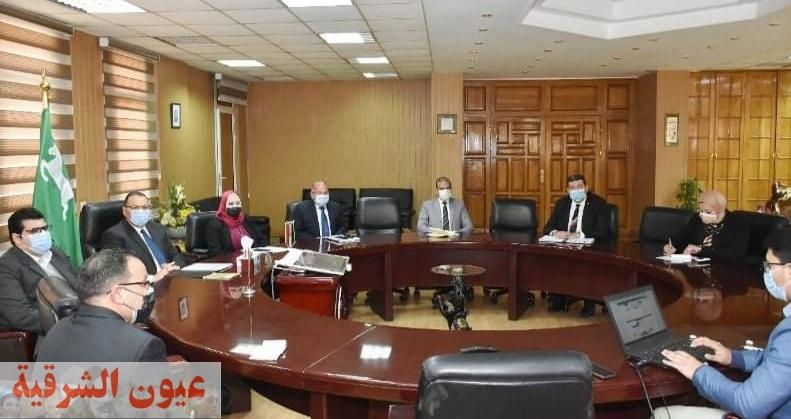 محافظ الشرقية يبحث مع المشرف على مشروعات تطوير خدمات الموطنين بالمحليات آليات تطوير خدمات المراكز التكنولوجية