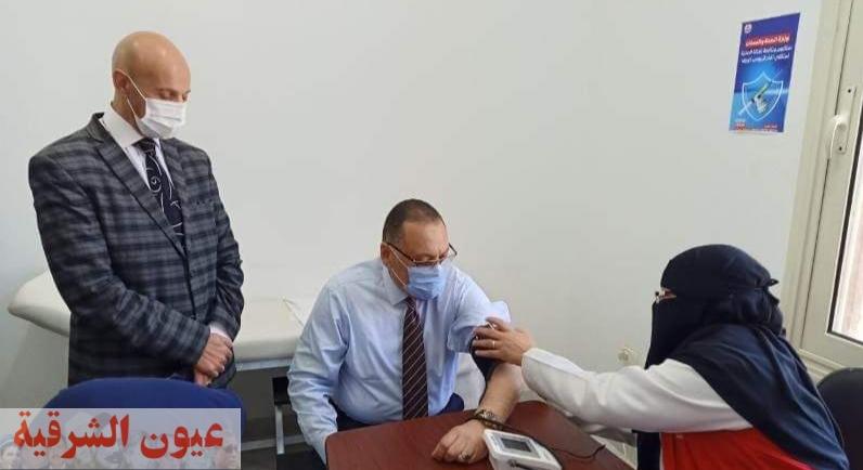 محافظ الشرقية يتلقى الجرعة الأولى من لقاح فيروس كورونا المستجد بمكتب صحة الزقازيق ثان