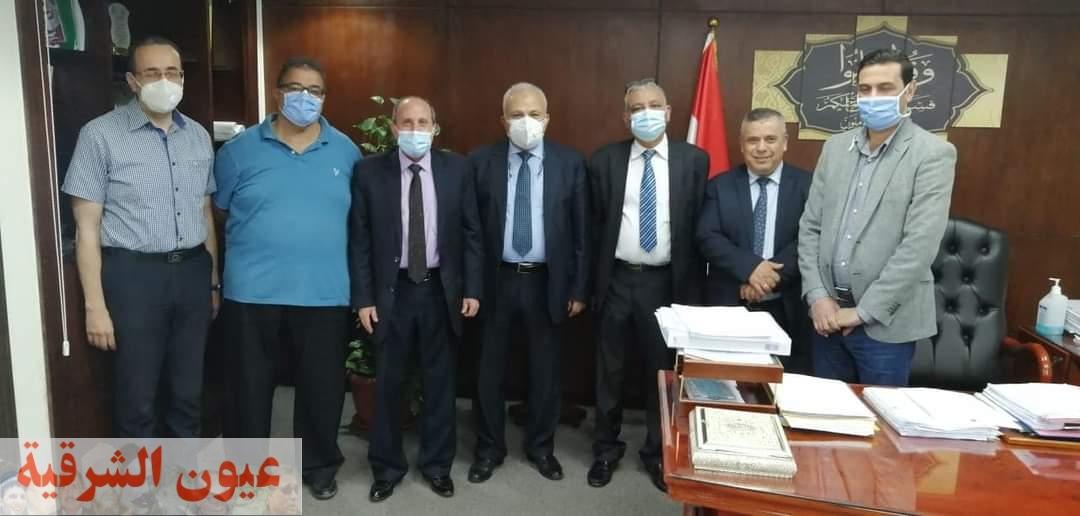 رئيس شركة القناة لتوزيع الكهرباء يزور مستشفى كهرباء القاهرة..ويتلقى لقاح كورونا