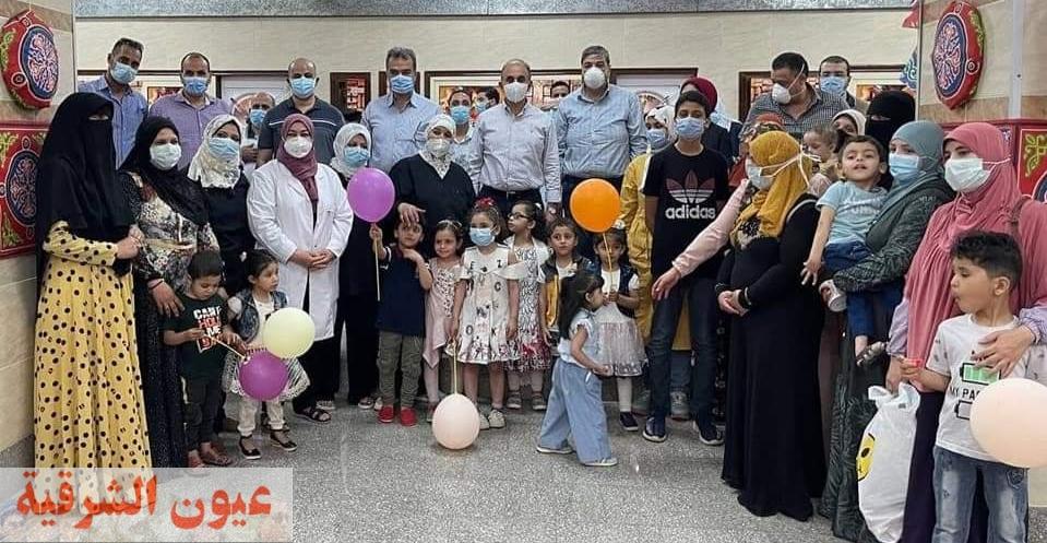 رئيس جامعة الزقازيق يقدم الهدايا لأطفال أمراض التمثيل الغذائي والحساسيات بمناسبة عيد فطر