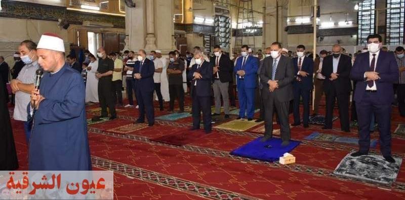 محافظ ومدير أمن الشرقية يؤديان صلاة عيد الأضحى بمسجد الفتح بمدينة الزقازيق