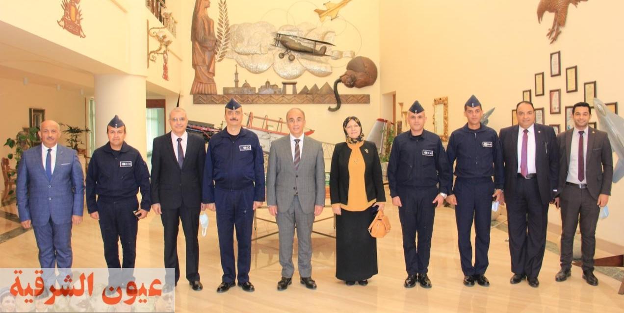 رئيس جامعة الزقازيق يترأس وفد الجامعة لتقديم التهنئة للواء طيار أ.ح علي حسن لتعيينه مديراً للكلية الجوية