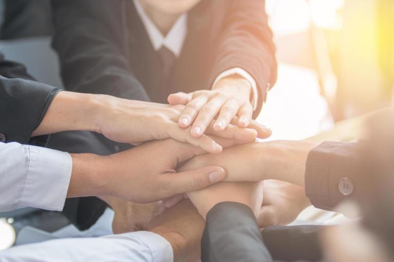 1741596-concetto-di-lavoro-di-squadra-persone-affari-unire-le-mani-gratuito-foto