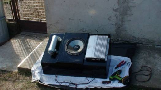 sub woofer 660x371 - Airbrushing Closed Subwoofer Box for BMW E39