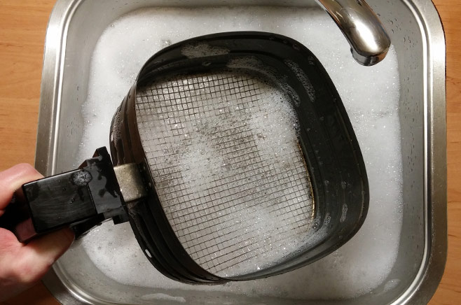 cleaning-air-fryer-frying-basket-soap
