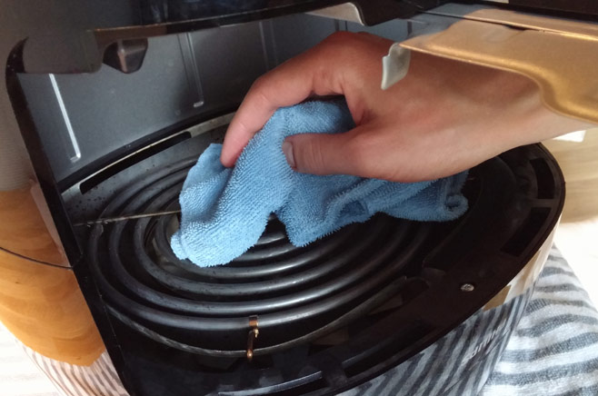 cleaning-grill-heating-element-air-fryer-damp-cloth