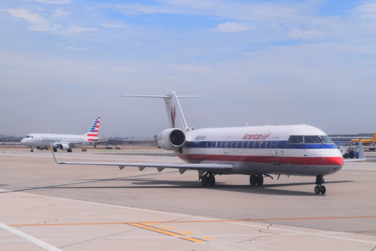 FLYERS REJOICE AMERICAN CRJ200S BEING REPLACED BY E175S