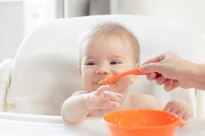 A quel âge commencer la diversification de bébé ?