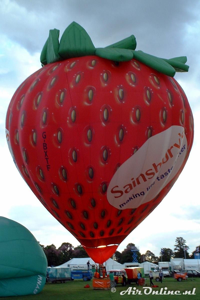 G-BXTF Cameron Balloons N-105 Strawberry Special Shape, Northampton 18 aug. 2000