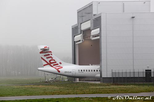 OY-CJV ATR 72-500 Virgin Australia komt de QAPS hangaar uit