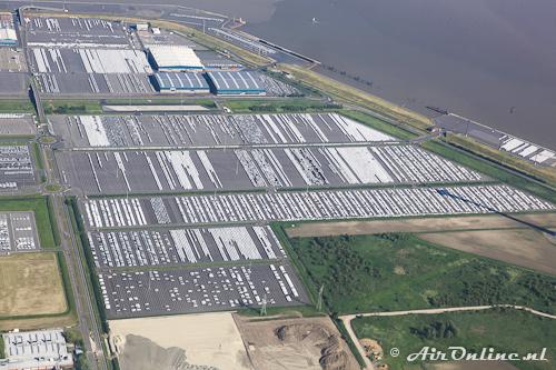 De haven van Emden (D) met talloze auto's