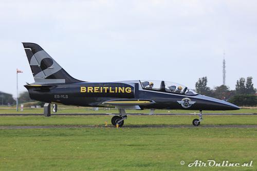 ES-YLS Aero L-39 Albatros Breitling Jet Team met passagier in de back-seat