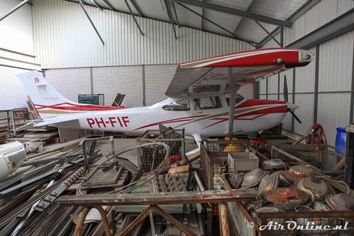 PH-FIF Cessna T182T Skylane ingebouwd tussen de materialen