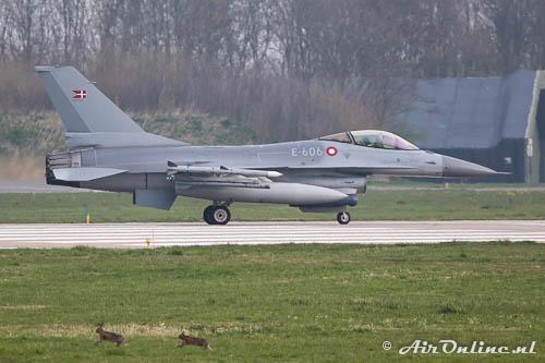E-606 F-16AM RDAF met 2 hazen