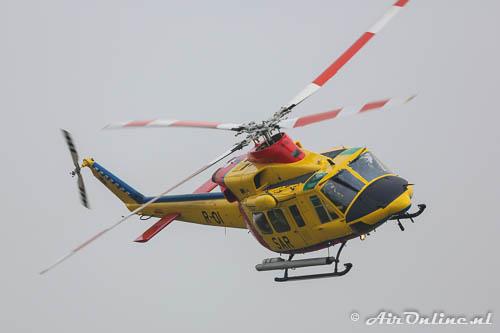 R-01 Agusta Bell AB412 SAR maakt een rondje om de spottersheuvel