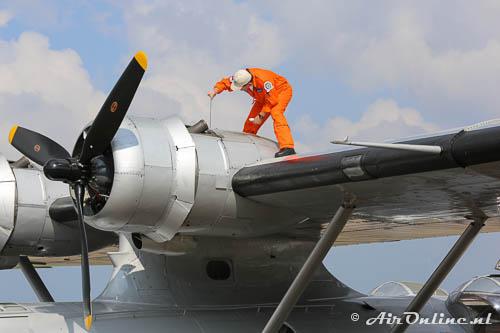 PH-PBY Consolidated PBY-5A Catalina, even het oliepeil checken voor vertrek