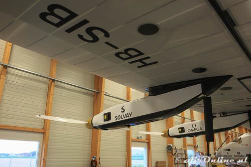 HB-SIB Solar Impulse 2 onder de voorste motor is de steun die de racefietsers vasthouden goed te zien
