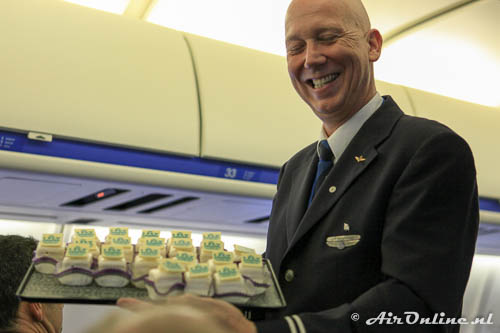 Enthausiast personeel serveert exclusieve MD-11 Petit-fours