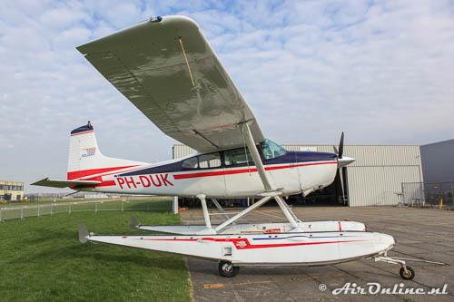 PH-DUK Cessna 185 Skywagon hoog op de poten met drijvers