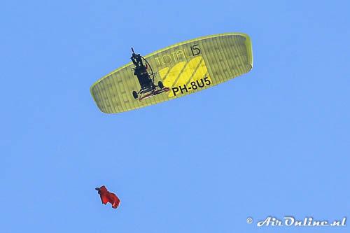 PH-8U5 FreshBreez XCitor dropt een wingsuit-parachutust