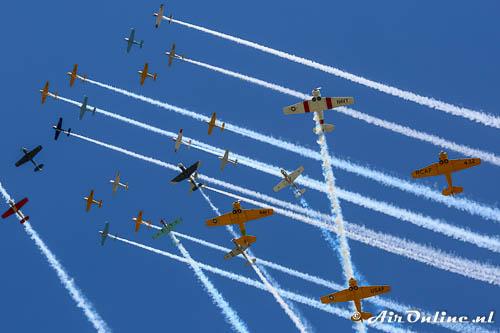 Mass-formations boven Oshkosh met warbirds