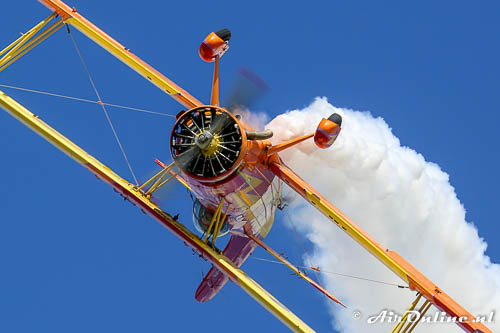 Gene Soucy Airshows Grumman G-164 Ag-Cat NX7699 boven Oshkosh