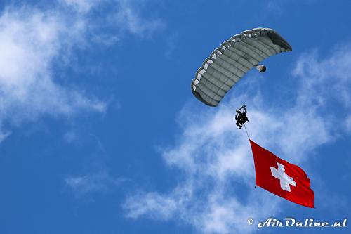 Para met een grote Zwitserse vlag