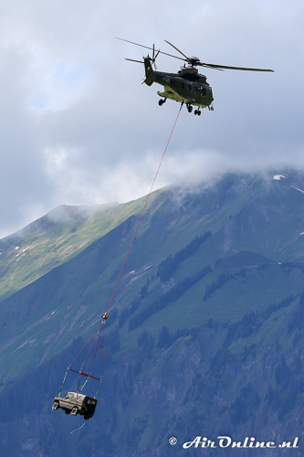 T-338 Eurocopter AS532UL Super Puma neemt even een auto mee