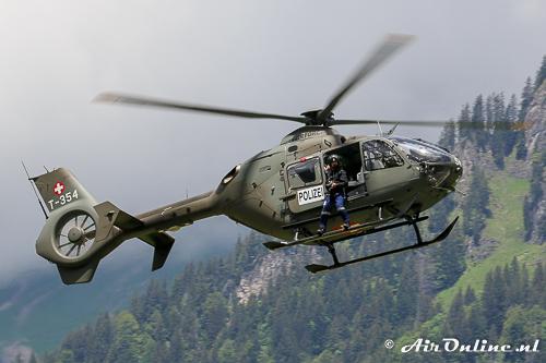 T-354 Eurocopter EC635 P2+ met de fotograaf buitenboord