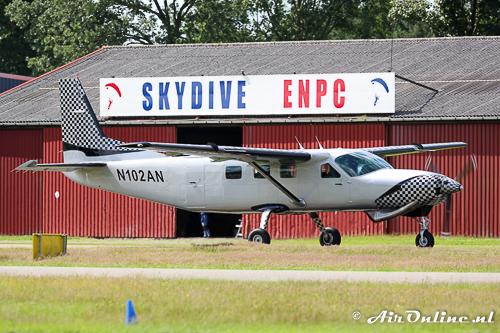 """N102AN Cessna 208B Grand Caravan taxiet voor het """"clubgebouw"""""""