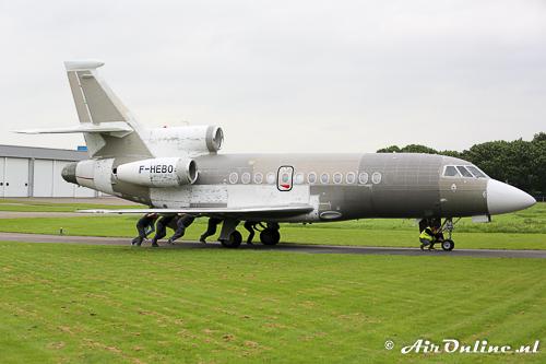 F-HEBO Dassault Falcon 900EX EASy wordt met de hand naar binnen geduwd