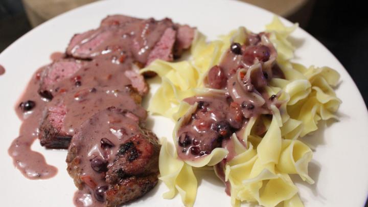 gegrillte Entenbrust in Rosa-Pfeffer-Waldbeeren Sauce