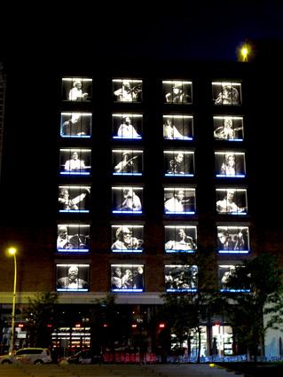 Predio iluminado em Montreal