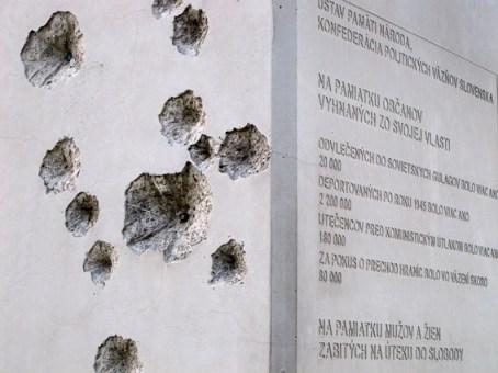 Marcas de bala no monumento aos mortos pelo regime comunista