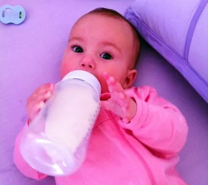 Bebê com mamadeira