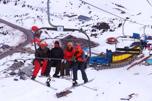 Esquiadores no teleferico Portillo