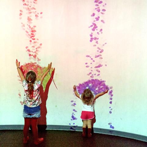 As Laranjinhas em Nova York - Meninas brincam com a projeção interativa do Sony Wonder Lab