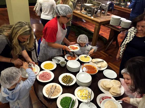 Hotel Vila - As crianças Inglesa fazendo pizza