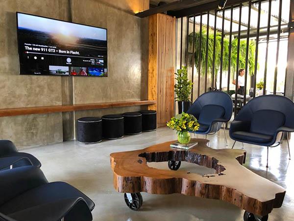 911 Restaurante - cadeiras e TV