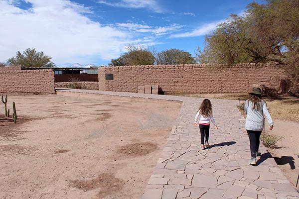 Tierra Atacama - meninas caminhando na entrada do hotel