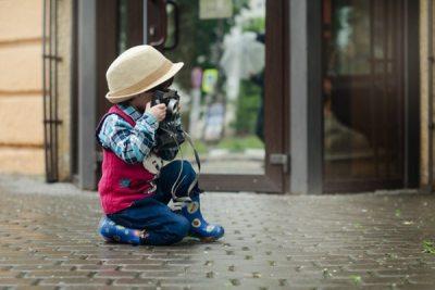Criança fotografando