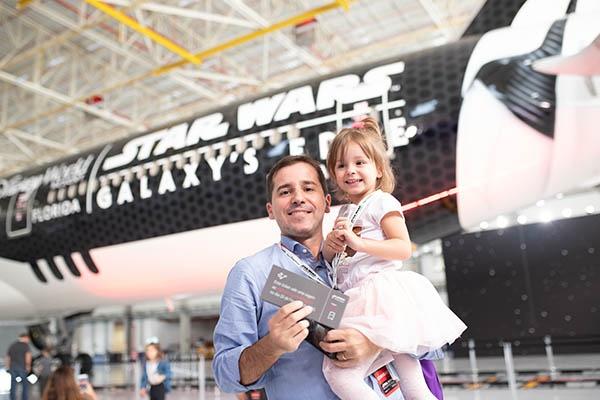 Pai e filha ganharam viagem para conhecer Star Wars: Galaxy's Edge no Walt Disney World.