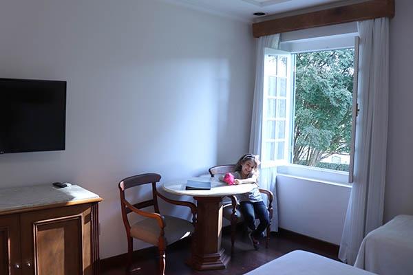 Giovana na suíte do Hotel Fazenda Dona Carolina