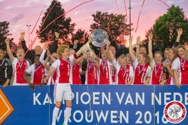 19-05-2017: Voetbal: Vrouwen Ajax v ADO den Haag: Amsterdam Ajaxvrouwen kampioen vrouwen eredivisie 2016-2017 speelsters ontvangen de schaal